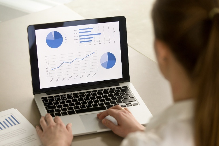 mujer-pantalla-analisis-resultados-centro