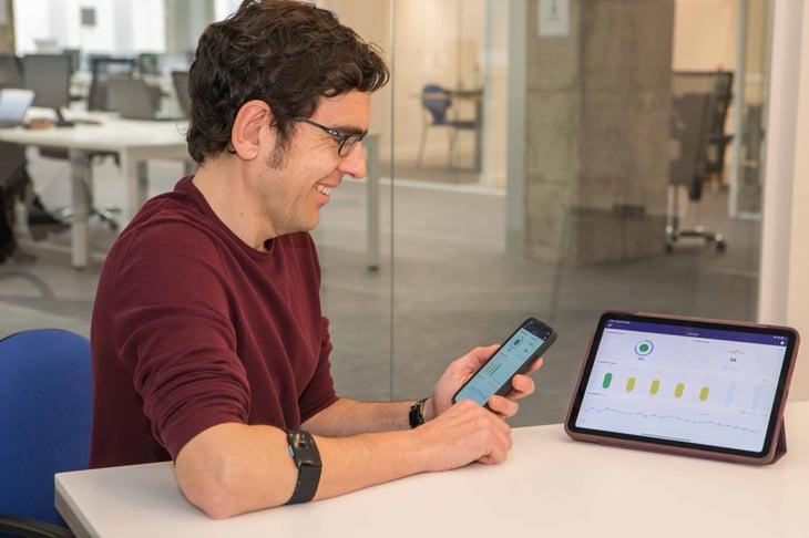 Xavi Escales de AlwaysPeopleFirst con el wearable que mide el bienestar