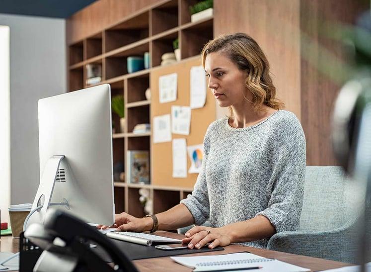 mujer-ordenador-agencia-marketing-equipo-interno-clinicas