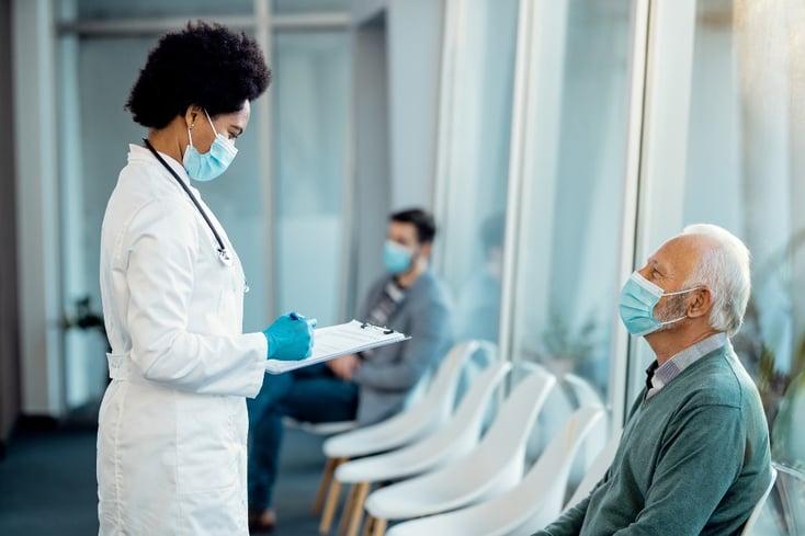 doctora y paciente en la sala de espera de un centro médico